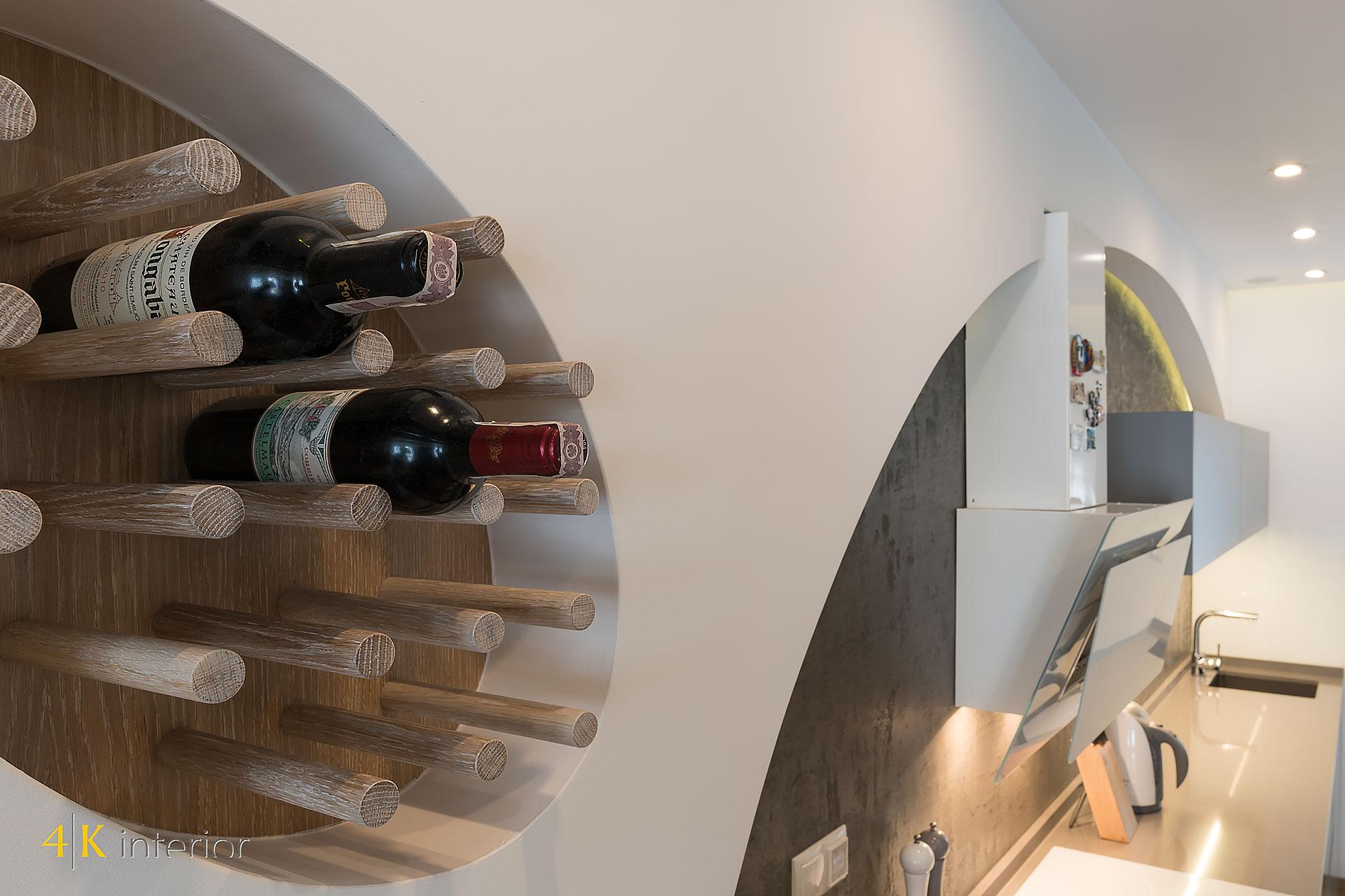 NOWOCZESNE-WNĘTRA-DOMU-Z-MOTYWEM-ELIPSY-08 regał na wino we wnęce w kuchni