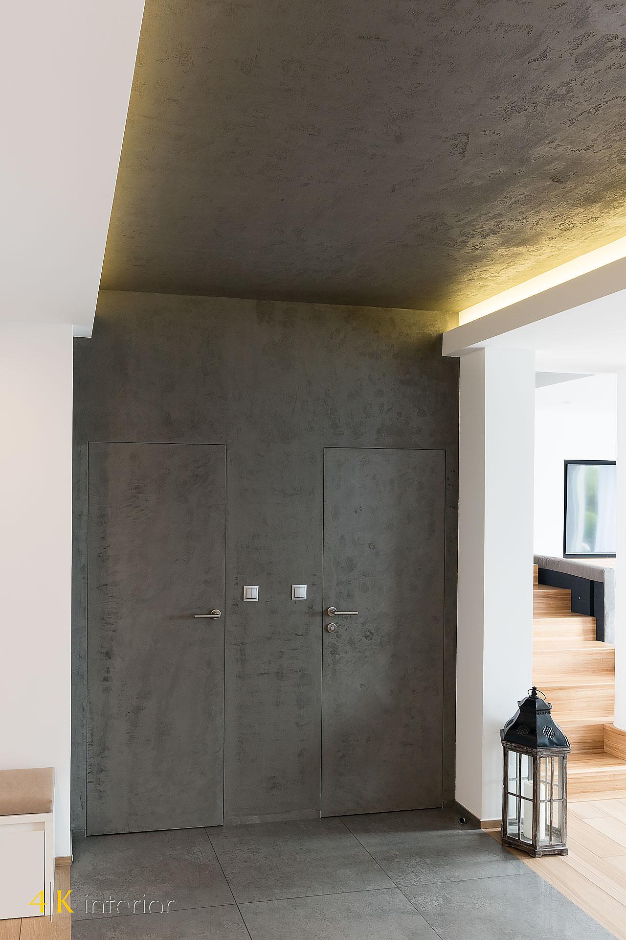 NOWOCZESNE-WNĘTRA-DOMU-Z-MOTYWEM-ELIPSY-10 dyskretne drzwi toalety i kotłowni