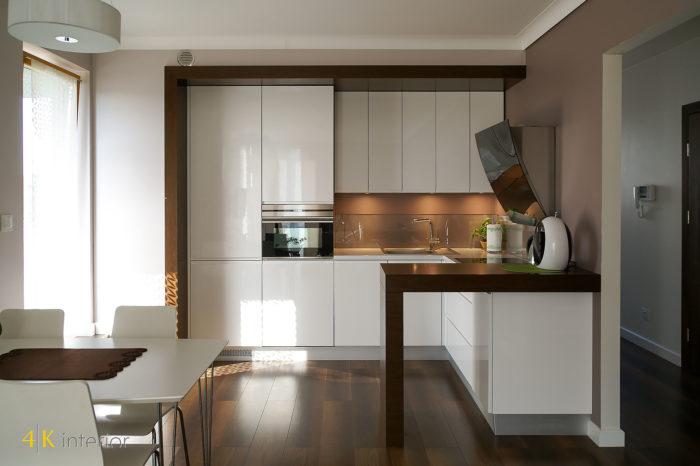 Wnętrza salonu z otwartą kuchnią w małym apartamencie 01 białe lakierowane fronty, wnęka kuchenna, zabudowana lodówka